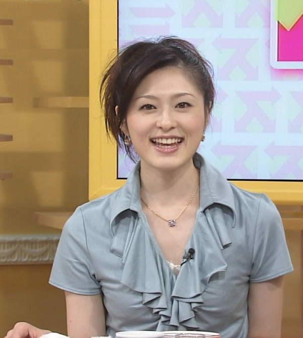 グレーのブラウスを着て番組に出演している阿部哲子の画像