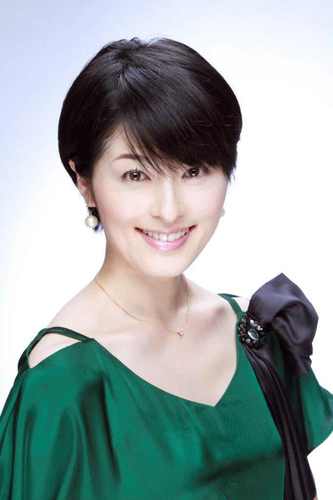 グリーンのドレスを着ているショートヘアーの阿部哲子の画像