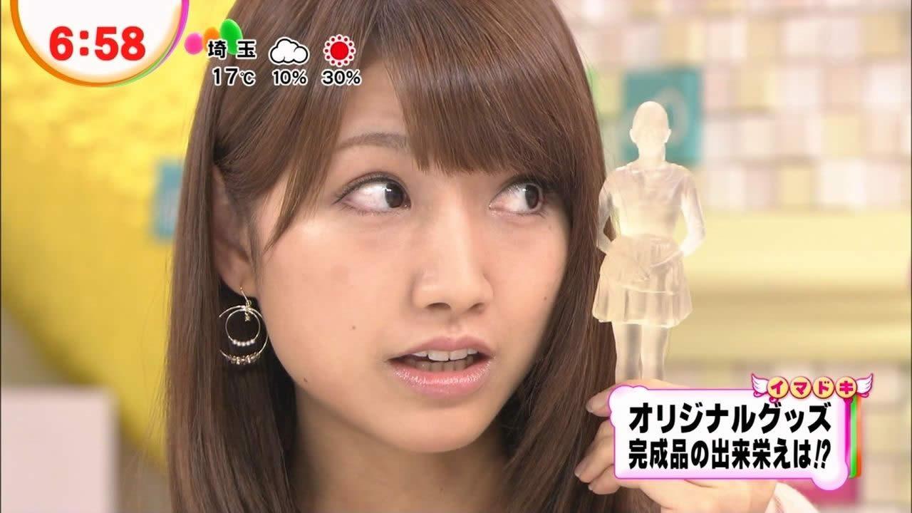 横目でちょっとびっくりしている三田友梨佳。